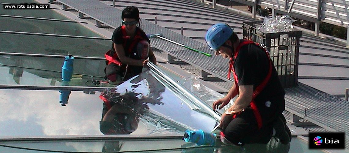 Montaje y rotulación vinilos especiales de protección solar