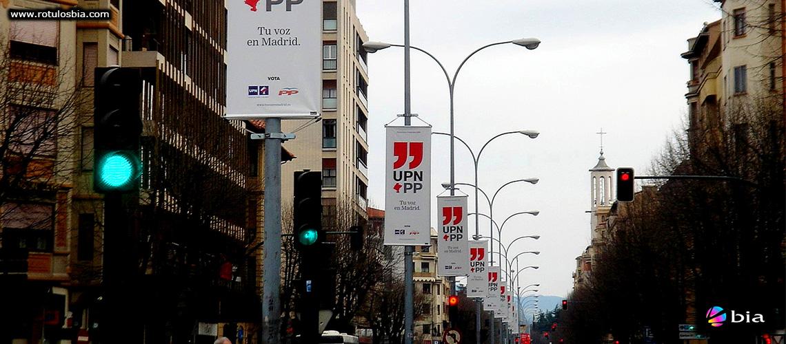 Banderas y lonas impresas en la via publica