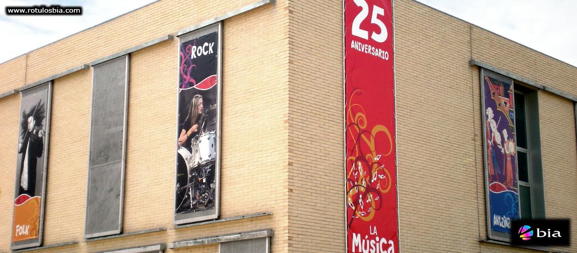 Lonas publicitarias en fachada edificio publico
